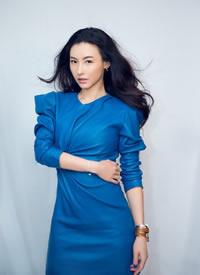 張柏芝藍色皮革連衣裙搭配甜酷有型,美出新高度
