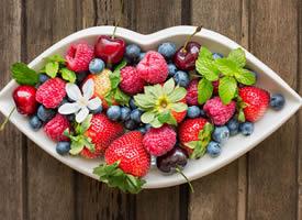 一组五彩斑斓富含丰富营养的水果拼盘