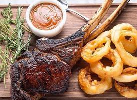 牛排的肉滑溜醇喷鼻,肥而不腻,食之软烂醇喷鼻
