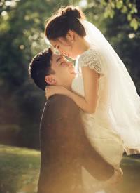 有大自然美景作为爱的背景白色婚纱与青青草地 甜蜜幸福