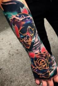 手背上逼真写实的重彩色纹身作品