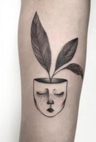 手臂上的点刺黑色简单小纹身观赏