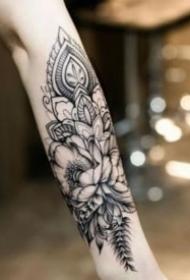 包小臂的黑灰花草纹身图案观赏