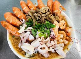 大碗蝦仁面,肥滋滋的蚵仔,加上大腸和花枝等組合