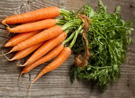一组营养丰富的红彤彤的胡萝卜图片欣赏