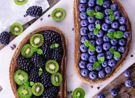 一组蓝莓 桑果 猕猴桃搭配的水果拼盘真是美极了