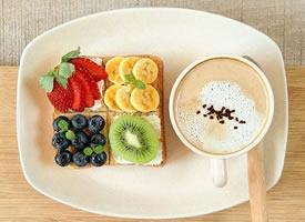 一组面包 水果 咖啡营养搭配的健康早餐图片
