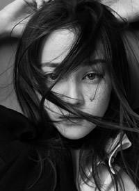 迪丽热巴时尚摩登黑白写真淡雅极简的黑白风格更显个性魅力