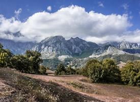 草原开阔,水草丰茂的陡峭壮观的山脉风景图片