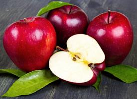 一组脆甜的红红的花牛苹果图片