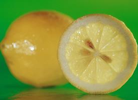 柠檬淡淡的黄颜色,清清的味道,酸酸甜甜
