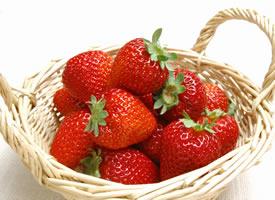 一组刚刚摘下来的新鲜草莓图片欣赏