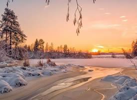 白玉似的大山横卧于原野之中,披雪的树林分立在宽阔的大道两边