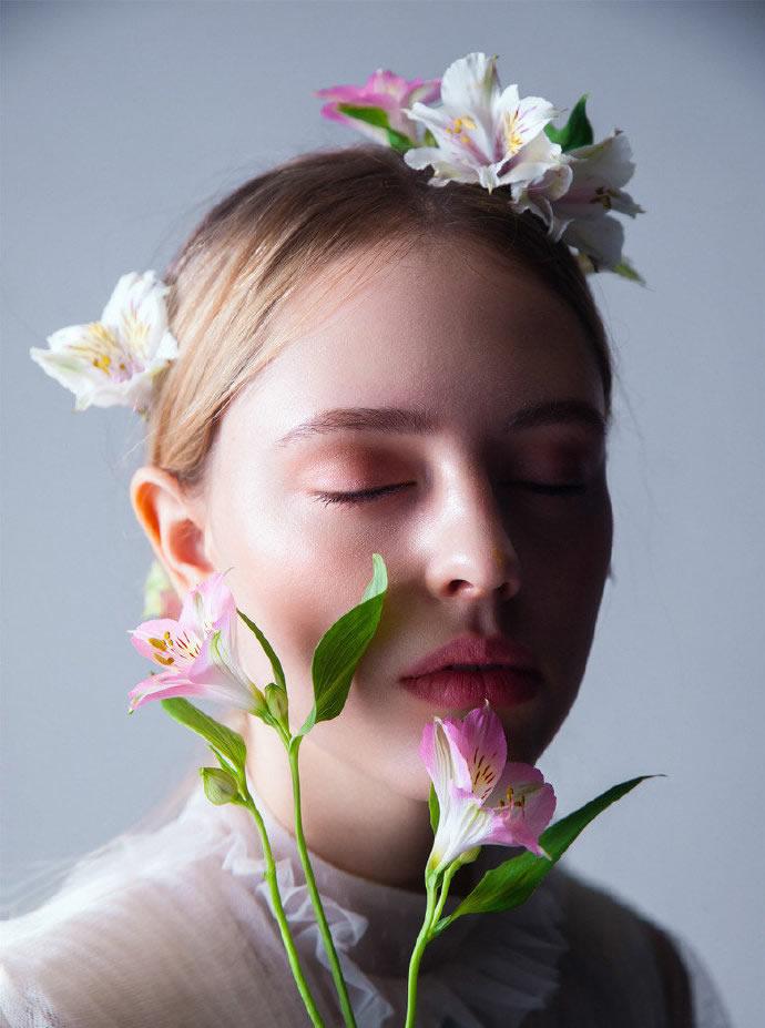 点击大图看下一张:白色的蕾丝,绽放的花蕊,清透干净的妆容