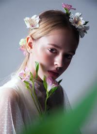 白色的蕾絲,綻放的花蕊,清透干凈的妝