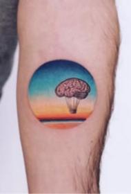 手臂上创意的圆形彩色小纹身图片