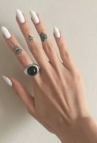手指頭上的簡單小清新紋身圖案欣賞