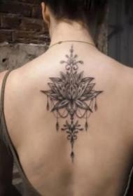 女生后背脊椎處唯美的蓮花梵花紋身圖案