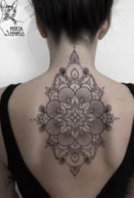 女生后背黑灰点刺梵花纹身图片