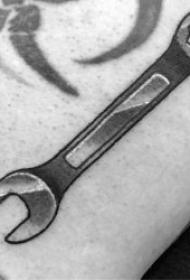 纹身工具   10张实用而又轻巧的扳手纹身图案