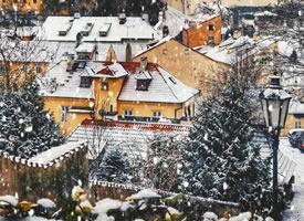 一组冬日里的布拉格下雪的美景图片