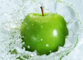 一组超有意境感的水中苹果拍摄图片欣赏
