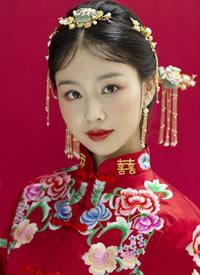 红喜袍,秀禾妆,摒弃千篇一律手法,融入时尚鲜花元素