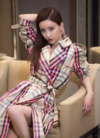 劉凡菲穿格紋巴寶莉風衣性感圖片欣賞