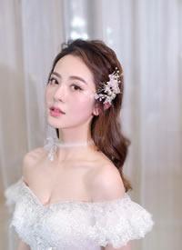 清透妆容配上美丽大方的新娘发型图片