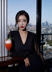 一組 劉凡菲穿深V性感禮服裙國外旅拍圖片