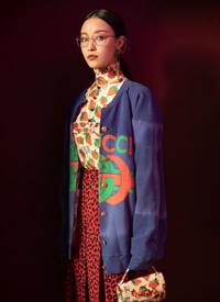 倪妮复古光影写真,在光影变幻与浓烈色彩交织间