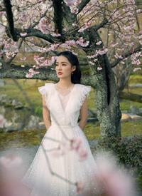 李沁穿仙女裙在樱花下唯美浪漫写真