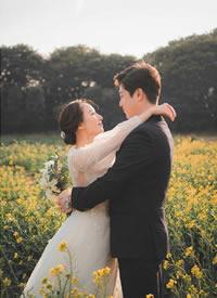 一組在油菜花地里拍攝的唯美婚紗攝影
