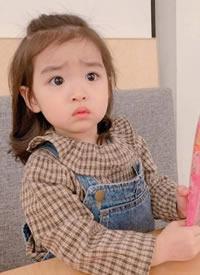 小女孩的这发型和搭配超可爱的鸭