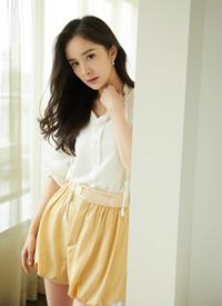杨幂温柔大波浪搭配纯白真丝衬衫,干练优雅
