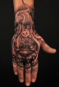 一些手背上的创意个性纹身作品9张