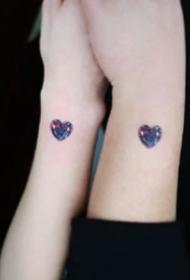 很精致的简约小宝石纹身图片