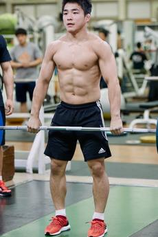肌肉举重运动员帅哥的日常锻炼图片
