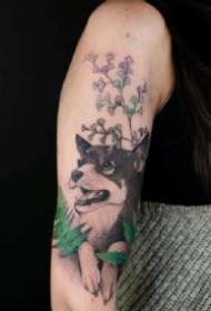 手臂上很有感觉的点刺动物植物黑色纹身