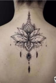女孩子后背唯美的脊柱梵花紋身圖案