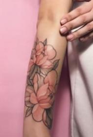 18張女生的粉紅色素凈的花朵紋身圖案