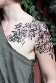 女孩子锁骨肩部的素花纹身图欣赏