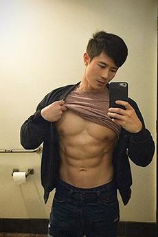 性感肌肉帅哥Peter Le大尺度自拍生活照片欣赏