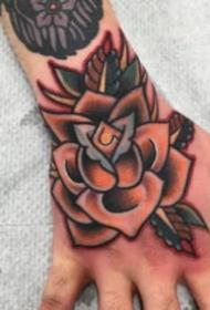 满手背的oldschool风格的花朵纹身图片