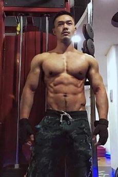 帥氣的狗公腰肌肉帥哥健身房寫真照片