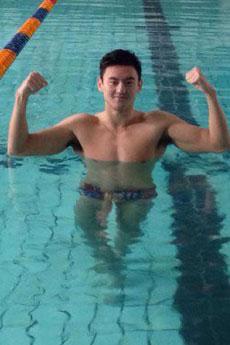 中国游泳健将宁泽涛游泳馆训练现场大秀秀肌肉