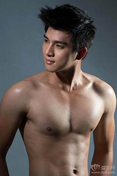 香港男藝人肌肉健身帥哥黃長發裸上半身性感攝影寫真大片