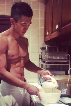 帅气肌肉帅哥厨房生活写真图片欣赏