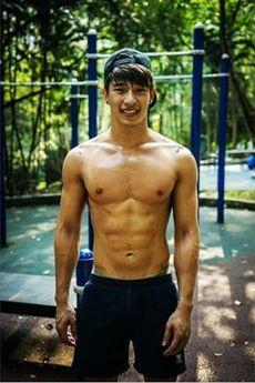 校园体育系肌肉帅哥帅气迷人照片