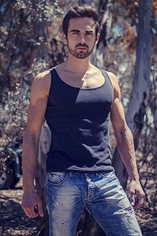 欧美帅哥树林中穿牛仔裤写真图片